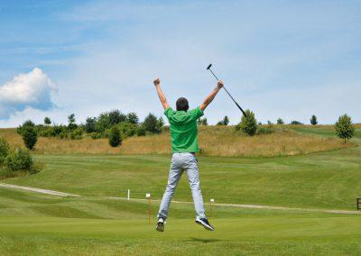 springender Golfer